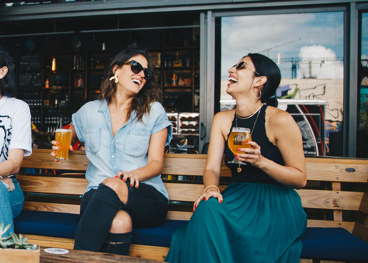 Glade mennesker på pub